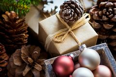 Mucchio del Natale e dei contenitori di regalo del nuovo anno avvolti nel fiocco verde della neve dei rami di albero dell'abete p Fotografia Stock