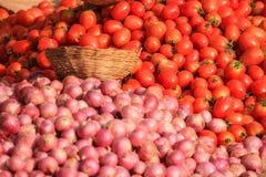 Mucchio del pomodoro e della cipolla rossi organici freschi immagine stock libera da diritti