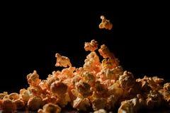 Mucchio del popcorn isolato su fondo nero Immagini Stock Libere da Diritti
