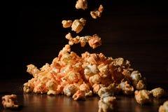 Mucchio del popcorn isolato sui precedenti neri Fotografia Stock