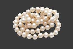 Mucchio del primo piano delle perle su Gray Background con il percorso di ritaglio immagini stock