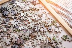 Mucchio del puzzle di carta per il concetto di idee di creatività Fotografia Stock Libera da Diritti