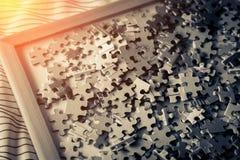 Mucchio del puzzle di carta per il concetto di idee di creatività Immagine Stock