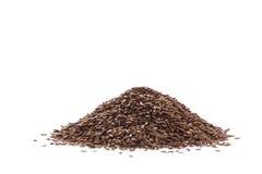 Mucchio del seme di lino o del seme di lino marrone isolato su bianco Immagine Stock