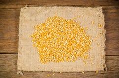 mucchio del seme secco del cereale sulla borsa del sacco Immagine Stock