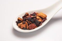 Mucchio del tè asciutto della frutta in cucchiaio ceramico bianco Fotografie Stock Libere da Diritti
