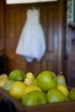 Mucchio dell'abito nuziale del fuori-de-fuoco pearsan Fotografie Stock