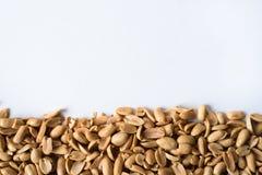 Mucchio dell'arachide fritta su fondo bianco Immagini Stock Libere da Diritti
