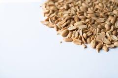 Mucchio dell'arachide fritta su fondo bianco Fotografia Stock Libera da Diritti