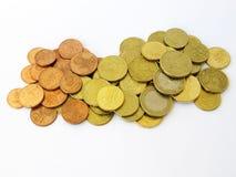 Mucchio dell'euro e delle monete di rame ordinati dei soldi dei centesimi con un fondo bianco fotografia stock libera da diritti