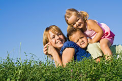 Mucchio della famiglia all'aperto Fotografie Stock Libere da Diritti