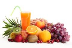 Mucchio della frutta con il succo di frutta Fotografia Stock Libera da Diritti