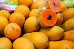 Mucchio della frutta della papaia Fotografia Stock Libera da Diritti