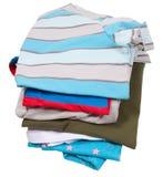Mucchio della lavanderia della famiglia isolato su bianco Immagine Stock