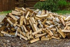 Mucchio della legna da ardere della betulla all'aperto Immagini Stock