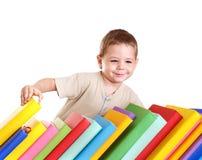 Mucchio della lettura del bambino dei libri. Immagine Stock