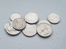 Mucchio della moneta da dieci centesimi di dollaro e dei quarti di libertà di valuta delle monete degli Stati Uniti da direttamen immagini stock libere da diritti