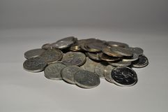 Mucchio della moneta indonesiana isolato su fondo bianco fotografie stock libere da diritti