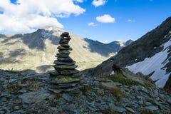 Mucchio della montagna della vista scenica del cairn delle pietre Montagne di Altai, Russia immagine stock libera da diritti
