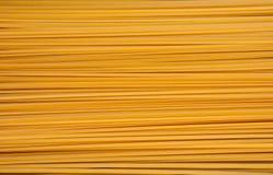 Mucchio della pasta di bavette che si trova sulla superficie piana Immagine Stock Libera da Diritti