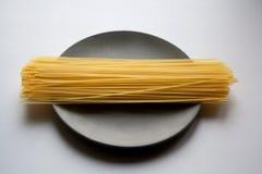 Mucchio della pasta di Capellini sul piatto immagine stock libera da diritti