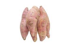 Mucchio della patata dolce cruda isolata su fondo bianco Fotografia Stock