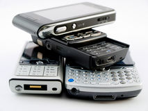 Mucchio della pila di parecchi telefoni mobili moderni PDA immagini stock