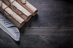 Mucchio della piuma dei rotoli di carta antichi sul bordo di legno Fotografia Stock Libera da Diritti