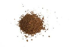 Mucchio della polvere fresca del caffè macinato isolata su fondo bianco fotografie stock libere da diritti