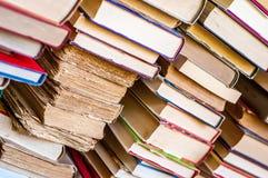 Mucchio della priorità bassa dei libri Vecchi libri impilati Fotografia Stock