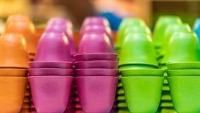 Mucchio della tazza di carta variopinta fotografia stock libera da diritti