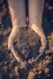 Mucchio della tenuta dell'agricoltore di suolo arabile Immagine Stock Libera da Diritti