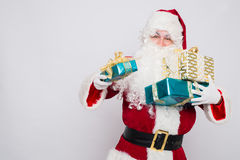 Mucchio della tenuta di Santa Claus del ritratto del primo piano dei contenitori di regalo Fotografie Stock