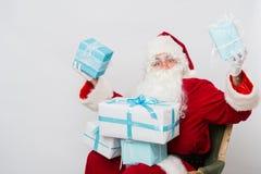Mucchio della tenuta di Santa Claus del ritratto del primo piano dei contenitori di regalo Fotografie Stock Libere da Diritti