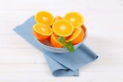 Mucchio delle arance divise in due Fotografia Stock