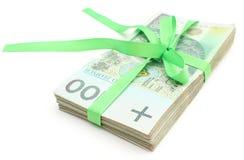 Mucchio delle banconote con il nastro verde, isolato su fondo bianco Immagine Stock