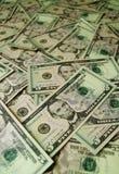 Mucchio delle banconote da cinque dollari degli Stati Uniti con il fuoco selettivo fotografia stock
