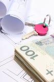 Mucchio delle banconote, delle chiavi e dei diagrammi elettrici sul disegno della casa Fotografia Stock Libera da Diritti