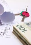 Mucchio delle banconote, delle chiavi e dei diagrammi elettrici sul disegno della casa Fotografie Stock