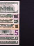 Mucchio delle banconote in dollari delle denominazioni differenti su backgrond nero Fotografia Stock Libera da Diritti