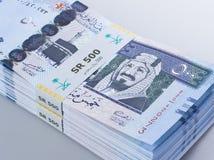Mucchio delle banconote saudite del riyal di 500 con l'immagine di re Abdulazi Immagine Stock