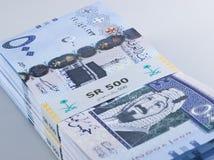 Mucchio delle banconote saudite del riyal di 500 con l'immagine di re Abdulazi Fotografia Stock Libera da Diritti