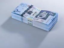 Mucchio delle banconote saudite del riyal di 500 con l'immagine di re Abdulazi Fotografia Stock