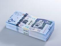 Mucchio delle banconote saudite del riyal di 500 con l'immagine di re Abdulazi Fotografie Stock