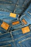 Mucchio delle blue jeans con l'etichetta Immagine Stock