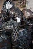 Mucchio delle borse di immondizia nere piene all'aperto Immagine Stock Libera da Diritti