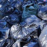 Mucchio delle borse di immondizia piene Fotografia Stock Libera da Diritti