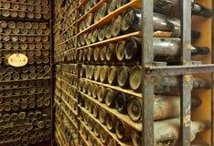 Mucchio delle bottiglie di vino d'annata Fotografie Stock
