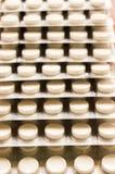 Mucchio delle capsule imballate in bolle, intorno alla compressa a forma di modellata della medicina o alle pillole antibiotiche  fotografia stock