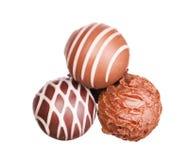 Mucchio delle caramelle di cioccolato su bianco Immagini Stock